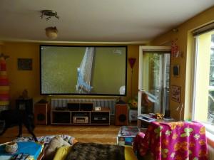 Eine 120 Zoll CouchScreen Leinwand ermöglicht in Kombination mit einem Epson 4K Laserprojektor in einem Wohnzimmer mit seitlichem Lichteinfall auch bei Einfall von Tageslicht eine kontrastreiche und brillant wirkende Darstellung.
