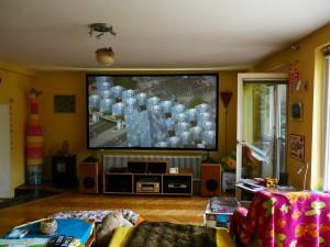 Die CouchScreen Leinwand ist die einzige seit Jahren verfügbare Hochkontrastleinwand die auch bei Einfall von Streulicht oder künstlichem Licht brillante, kontrastreiche Darstellungsergebnisse mit hoher Plastizität und guter Tiefenwirkung ermöglicht. Tageslichtprojektion mit Wohnzimmerleinwand