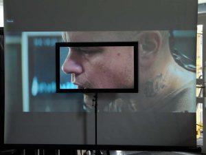 Im Unterschied zu weißen Leinwänden ermöglicht eine CouchScreen Hochkontrastleinwand auch bei Einfall von Tageslicht kontrastreich wirkende Projektionsergebnisse.