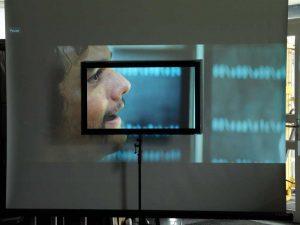 Eine CouchScreen Leinwand kann den ganzen Tag über verwendet werden und somit ein TV Gerät ersetzen.
