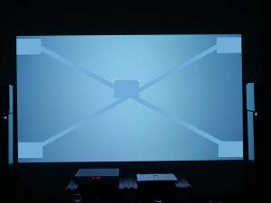 Stark inhomogene Darstellung auf einer MagicScreen Leinwand mit deutlichem Hotspot und starkem Intensitätsabfall verbunden mit hohem Detailverlust - ergänzt um kopiertes und in die Ecken verschobenes und miteinander verbundenes Papierblatt