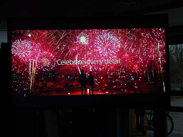 Sony Celebrate every detail on CouchScreen Hochkontrastleinwand Bild 3